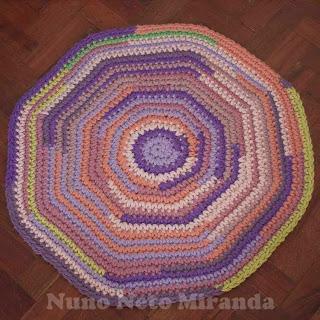 "alt=""crochet rug, tapestry yarn, tapete em crochet, lãs para tapeçaria"""