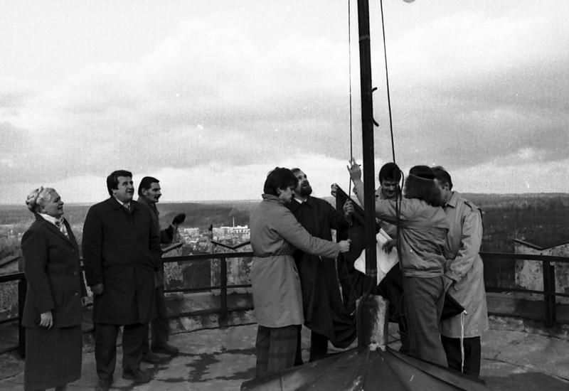 Sarkanbaltsarkano karogu 1988. gada . 22.oktobrī paceļ Cēsu nodaļas tautfrontieši N. Broks , I. Tim