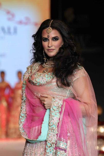 Neha Dhupia stunning walks for Gitanjali Gems at IIJW Delhi 2013