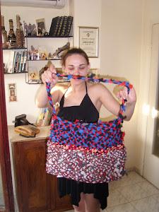 Све е направила секси чанта от неща, намерени у дома/зад нея - ръчно работени бутилки/