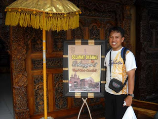 Me, after shopping at Erlangga 2, Denpasar Bali. Did you notice a small bag I am wearing on? That is my Kodak EasyShare Digital Camera Z812 IS. I took the camera with me to anywhere in Bali for capturing and recording. Photo by Syahrir Badulu
