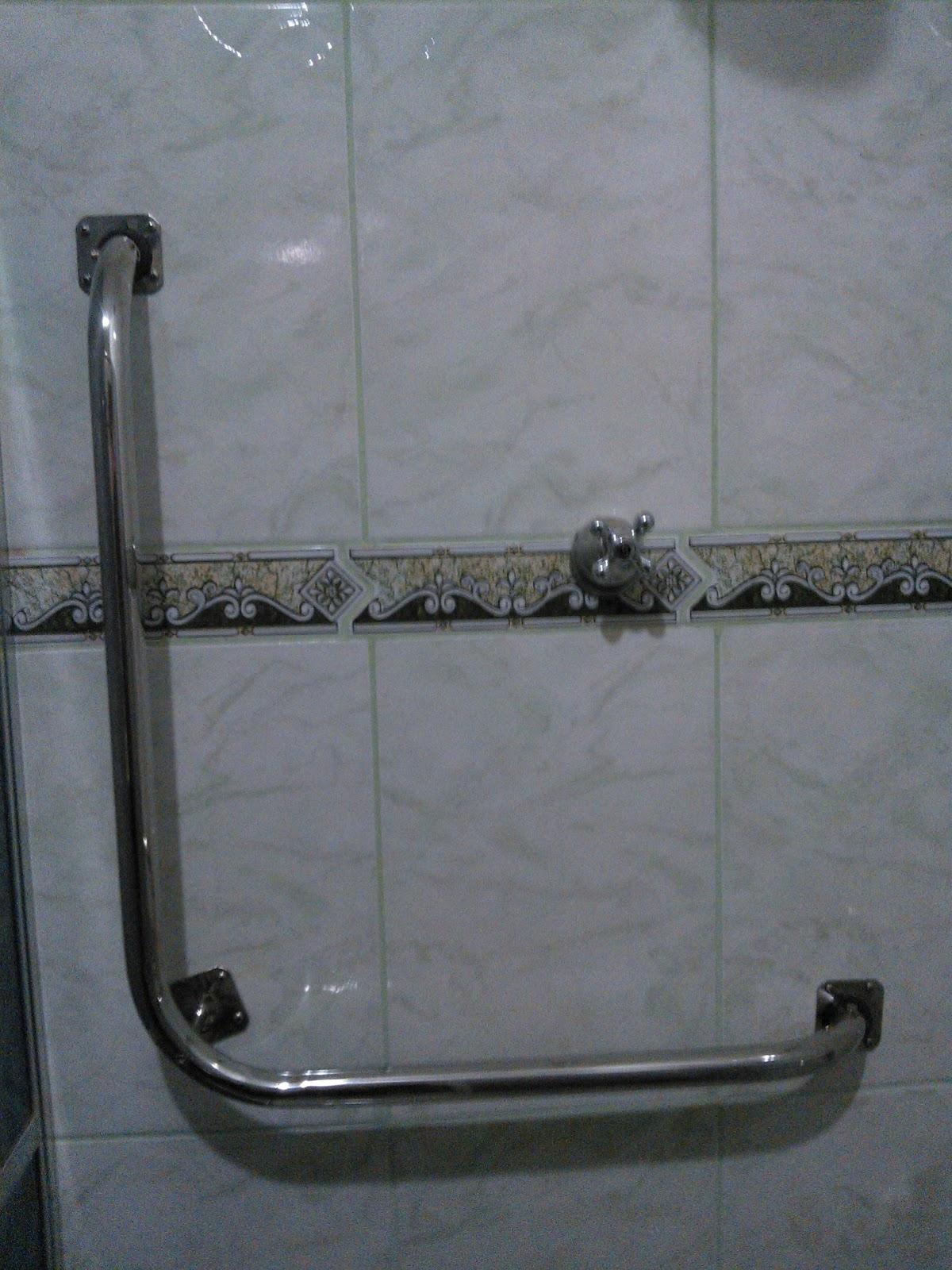 Imagens de #575D74 Adaptação de banheiro para idoso executado em Março 2013 barras  1200x1600 px 3574 Barras Banheiro Idosos