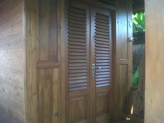 pintu depan rumah saung