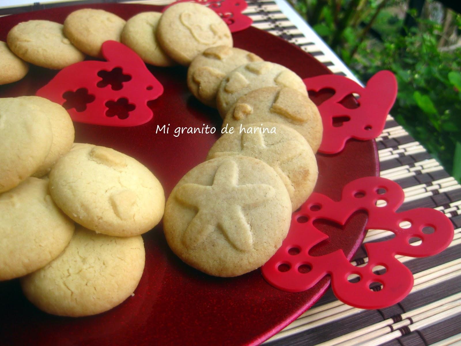 Podemos usar los stencils para crear relieves en las galletas antes de hornearlas. Quedan muy originales y divertidas.