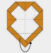 Bước 5: Gấp góc dưới cùng tờ giấy về phía mặt đằng sau.