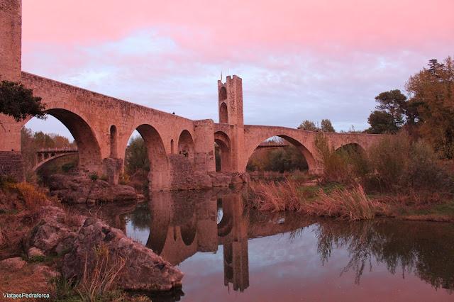 Pont medieval de Besalu tardor capvespre Garrotxa