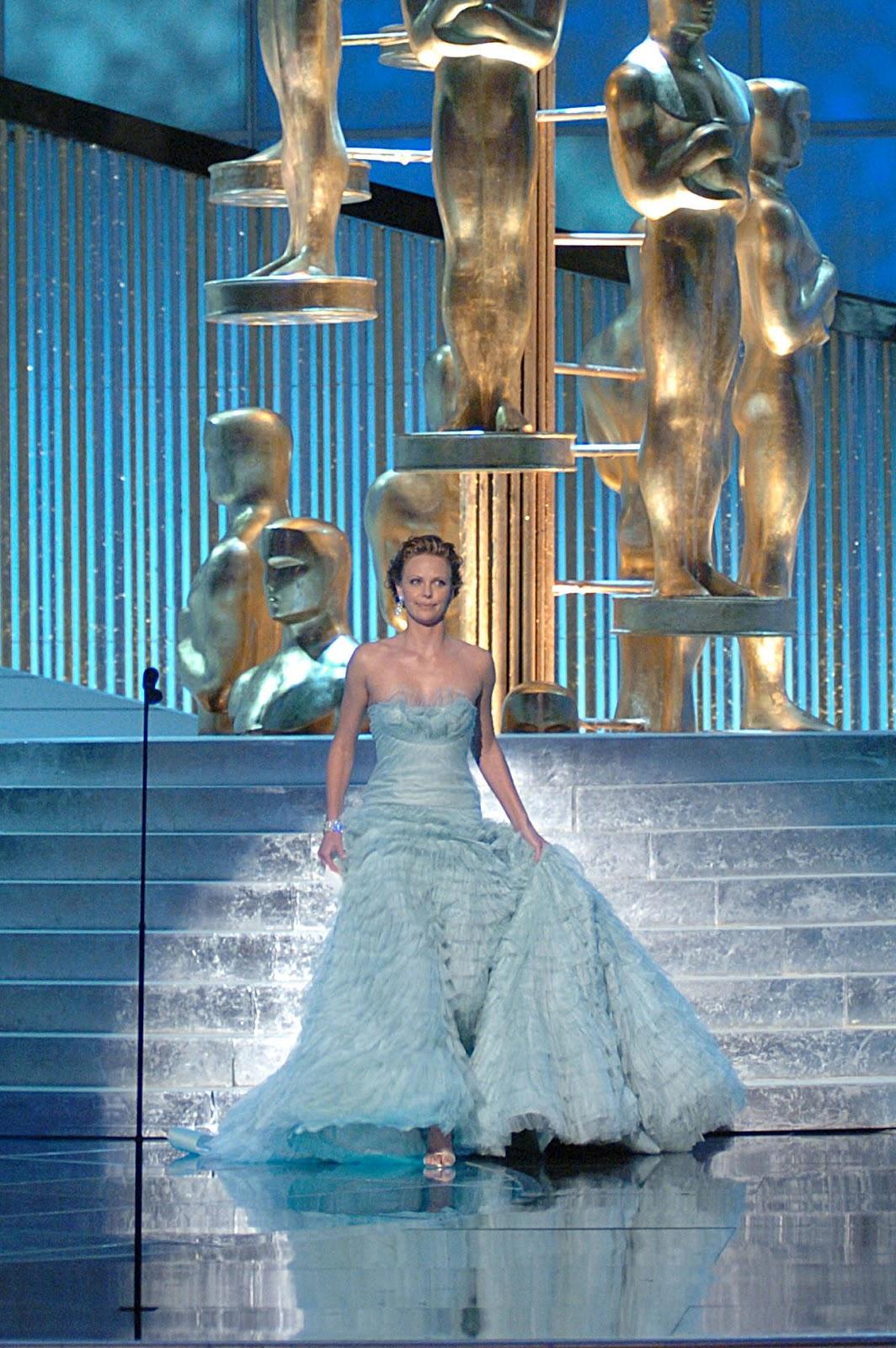 http://2.bp.blogspot.com/-oraBcuDHaws/T0fW0-ZyKJI/AAAAAAAAFd0/6hSoi2EQnnE/s1600/Charlize+red+carpet+Oscar+look+2005.jpg