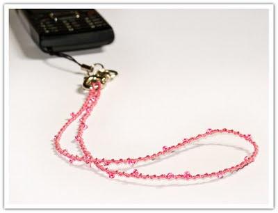 Rosa mobilsnodd med pärlor