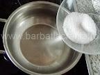 Tort Dobos (reteta de foi si crema) preparare caramel - punem zaharul la topit