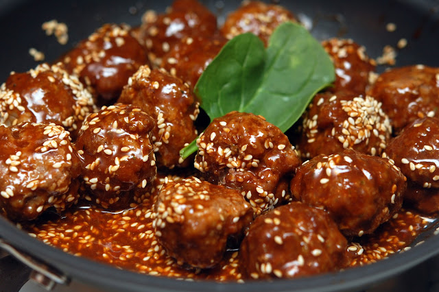 ... HUGS & COOKIES XO: FAMOUS ASIAN MEATBALLS WITH TOASTED SESAME SEEDS