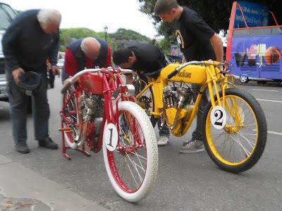 Os últimos ajustes são feitos nas motocicletas, antes da apresentação do projeto em Buenos Aires.