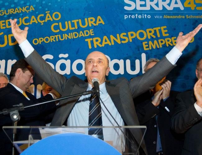 Serra rebate a pergunta pondo em dúvida se o jornalista de fato leu a cartilha (Foto: Fernando Cavalcanti/Milenar)