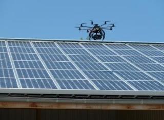 Drone supervisiona instalação fotovoltaica http://www.ecollectivites.net/article/actualite/edf-enr-lance-de-nouvelles-solutions-techniques-pour-la-supervision-et-la-maintenance-de-toitures-so/index.html