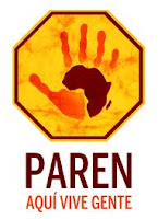 La palma de una mano con el diseño de África en el centro