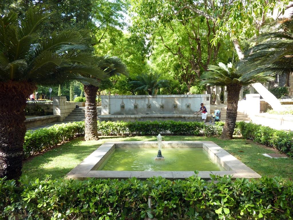 El arco de la drassana los jardines de s hort des rei for Bistro del jardin mallorca