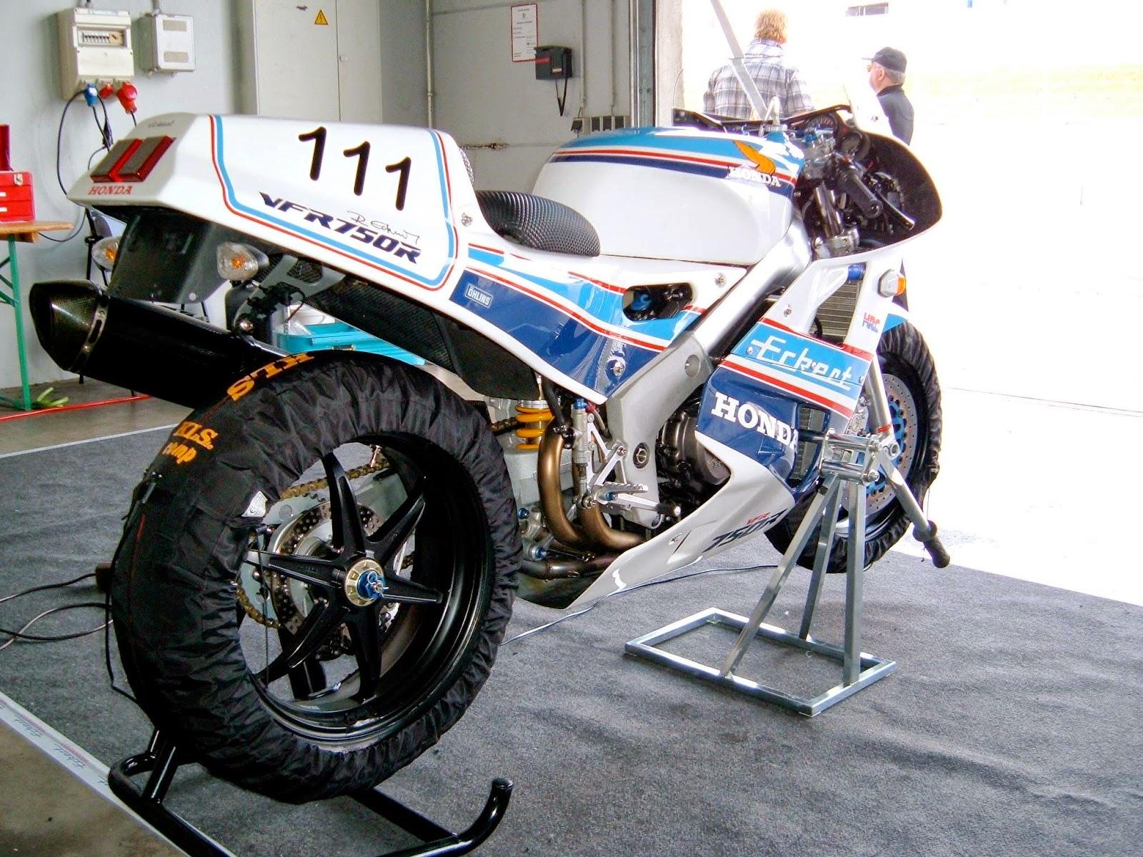 Honda RC 30 - Page 5 1400827_10202418165930562_1532177880535451517_o