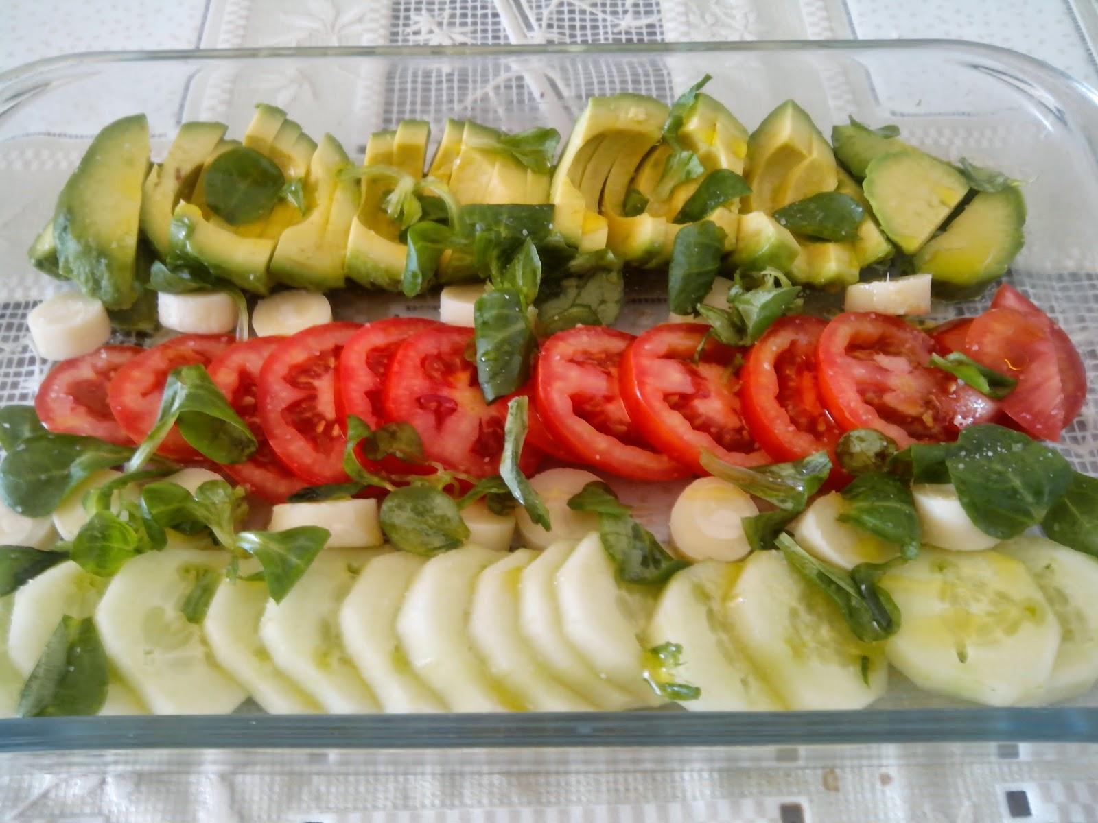 Imagen de la ensalada de tomate, canónigos, aguacate, pepino y palmito