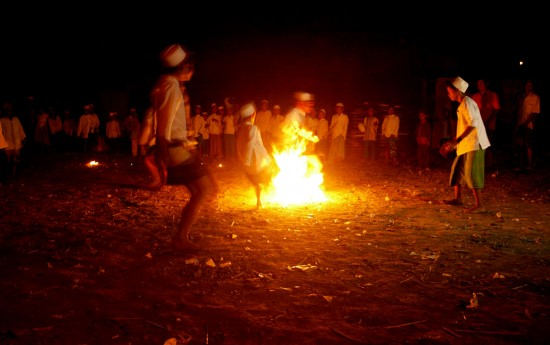 En Indonesia, el fútbol se juega con una bola de fuego