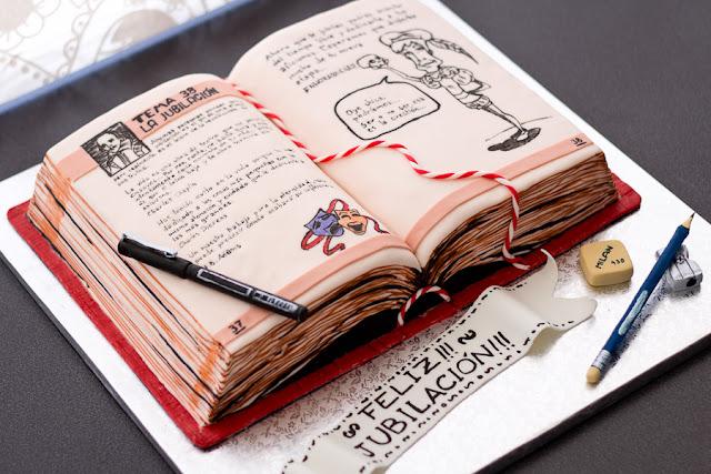 tarta de fondant con aspecto de libro para fiesta de jubilación