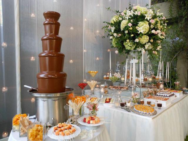 MESA DE DULCES CON CASCADA DE CHOCOLATE PARA BODA MATRIMONIO