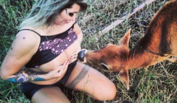 Causan polémica fotos de modelo brasileña amamantando becerros