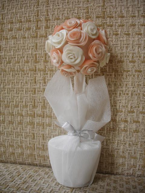 Lembrança de casamento, vaso com mini rosas em biscuit
