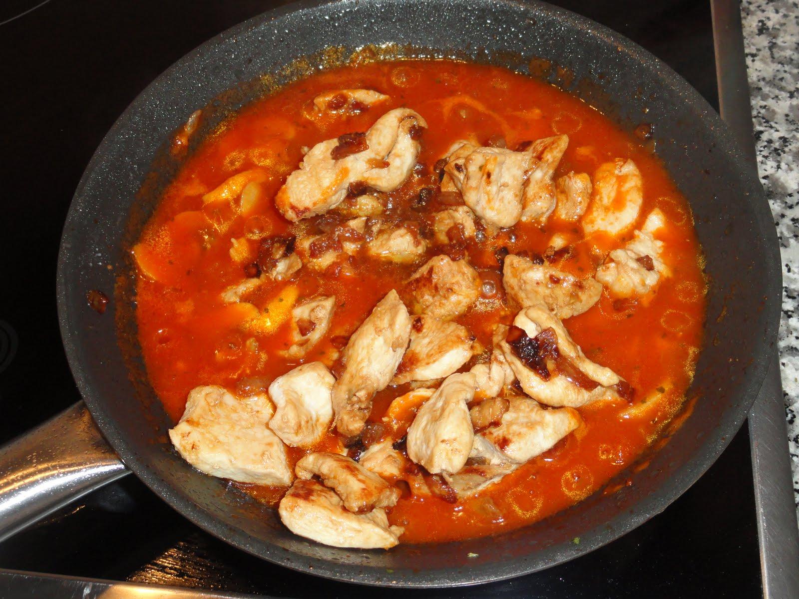 Estoy cocinando pechuga de pollo en salsa de tomate y - Pechuga d pollo en salsa ...