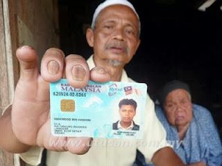 Seorang warga Malaysia menunjukkan KTP anaknya (foto Utusan)