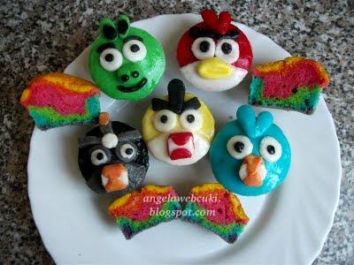 Szivárványos Angry Birds muffinok, szivárvány tésztás, tejtermék mentes sütemény recept.