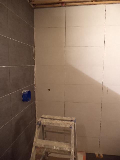 Verbouwing in burst vloeren dag 3 betegelen badkamer - Badkamer betegeld ...
