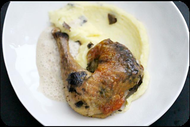 Keule vom Perlhuhn mit getrüffelter Haut auf getrüffeltem Kartoffelpüree | Arthurs Tochter Kocht von Astrid Paul