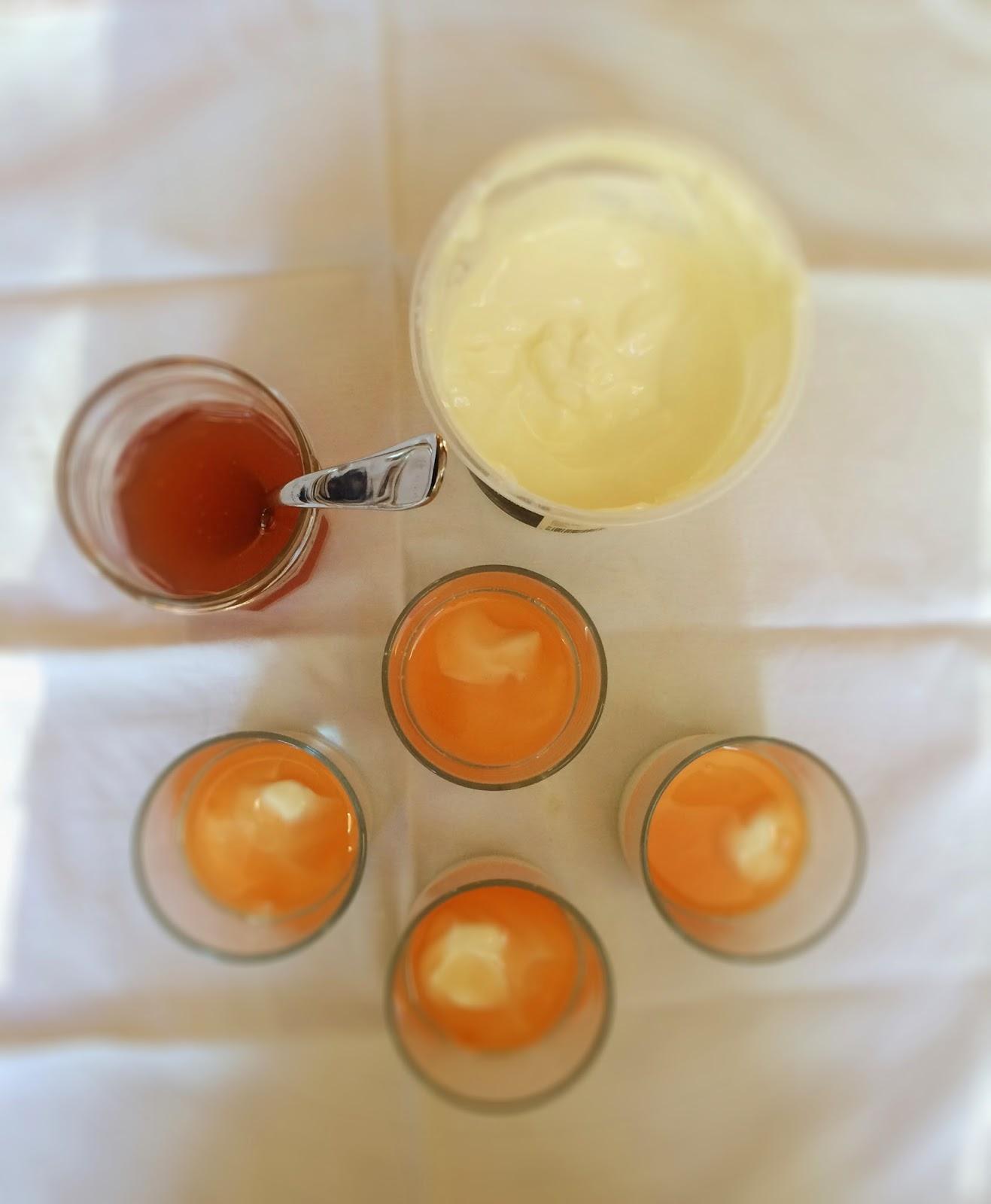 yogurt with quince topping - yogurt con sciroppo di mele cotogne