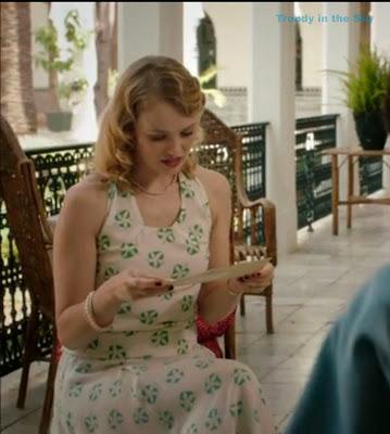 Rosalinda Fox vestido blanco con flores verdes. El tiempo entre costuras. Capítulo 5