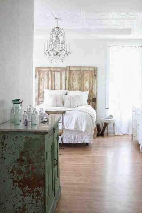 Zagłówek ze starych drzwi w eklektycznej sypialni, prezcierana, zielona komoda