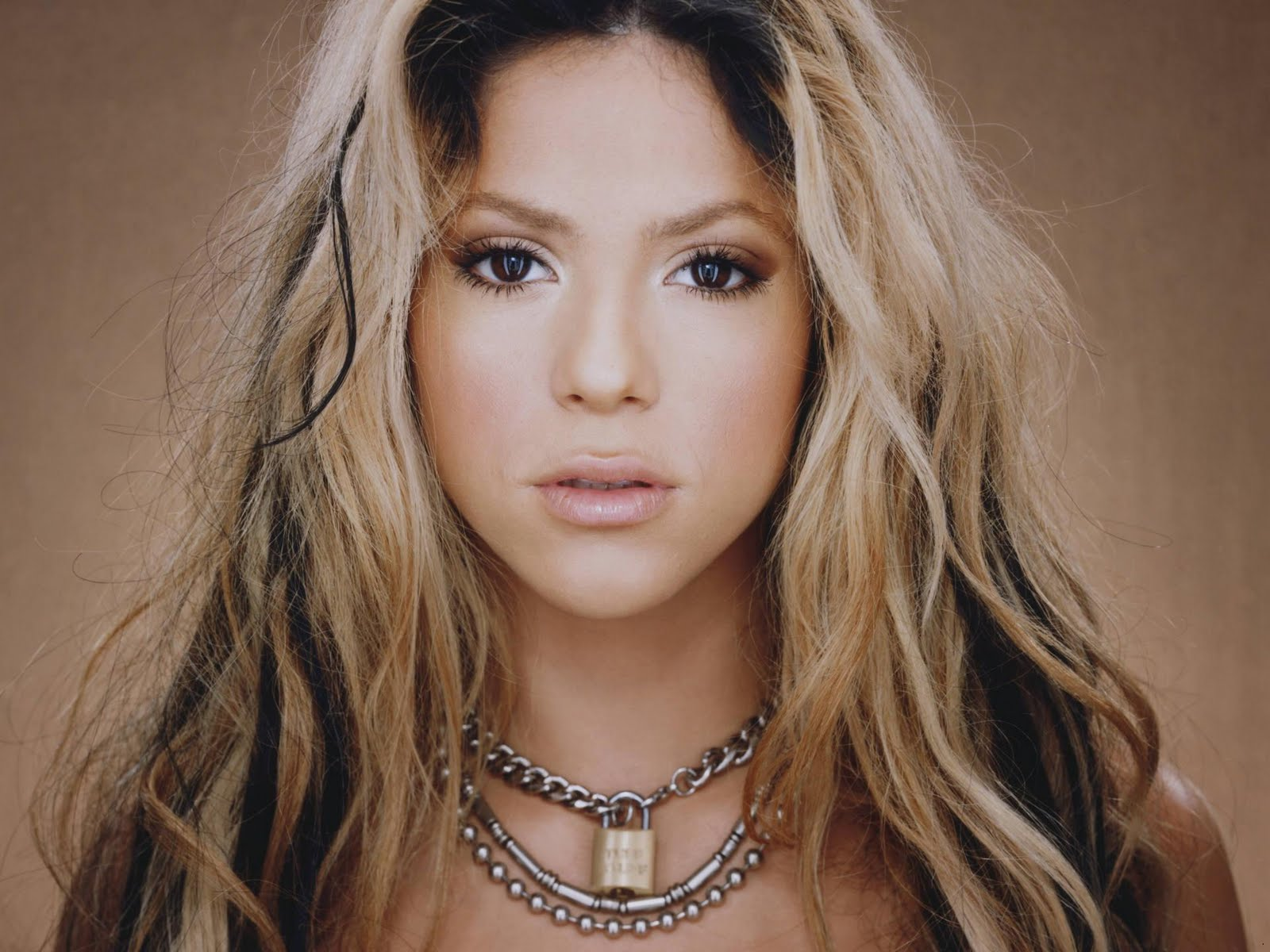 http://2.bp.blogspot.com/-owiwgy8nNHo/Ttz0l6o0rWI/AAAAAAAACMo/B9adzGpRVFA/s1600/Shakira_singer_wallpapers_06.jpg