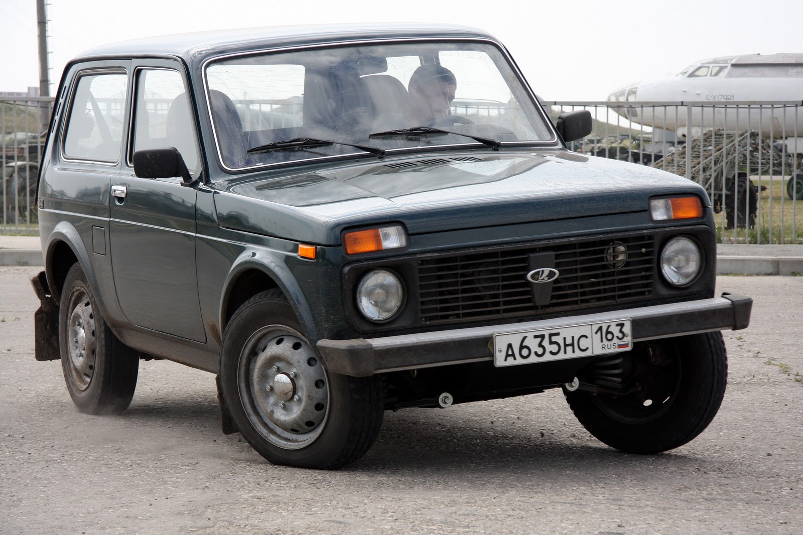 grau 4x4 offroad lada niva 34 anos do lada niva. Black Bedroom Furniture Sets. Home Design Ideas