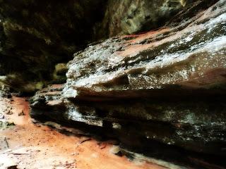 Rochas no Interior da Gruta da Varzinha, da Caçapava do Sul (RS)