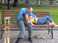 Мужик отбросив костыли завалил бабу на скамейку! Прямо в парке! Шок!