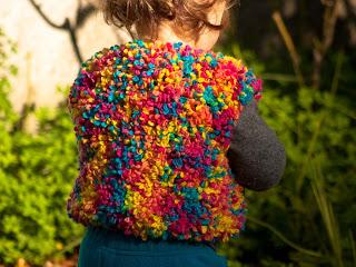 "alt=""knitting, free knitting pattern, boucle, baby rainbow vest, colete para bebé, tricot, instruções passo a passo"""