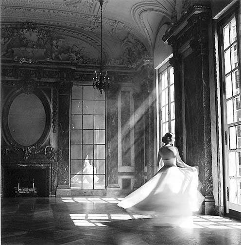 девушка в бальном платье у окна