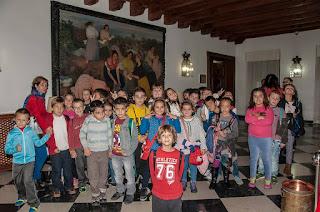Un grupo de niños visitan el Palacio Provincial