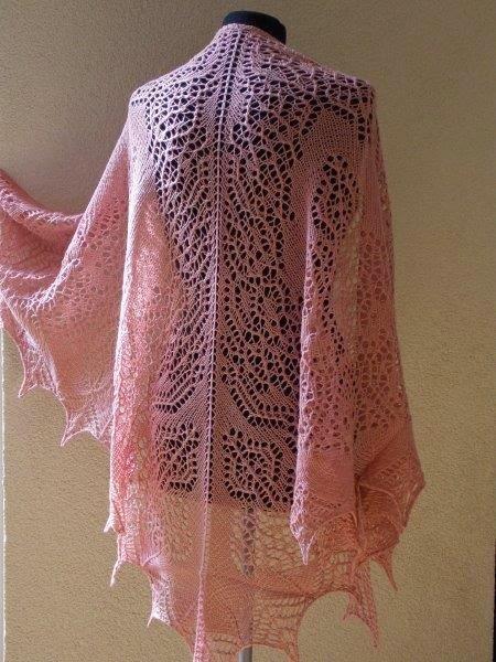 TE KOOP: grote roze wollen sjaal.