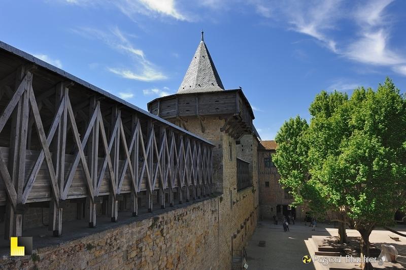 Passage de bois et tour des caserne hourdée du château comtal de Carcassonne photo pascal blachier