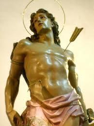 Escultura de san Sebastian con flechas clavadas en el torso
