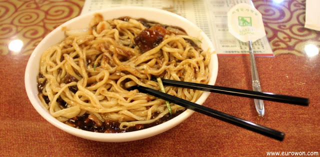 Un plato de Jjajangmyeon ya mezclado