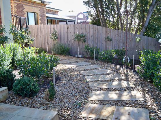 Menata Paving dan Kerikil Untuk Mendekorasi Taman Rumah