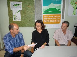 Subsecretário de Meio Ambiente e Defesa Civil André de Mello entrega o cheque de desapropriação à dona do sítio, Angela Zurli Machado Guazzelli