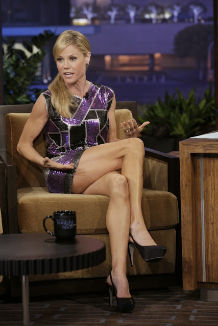 Julie Bowen shows her hot legs on a talkshow set