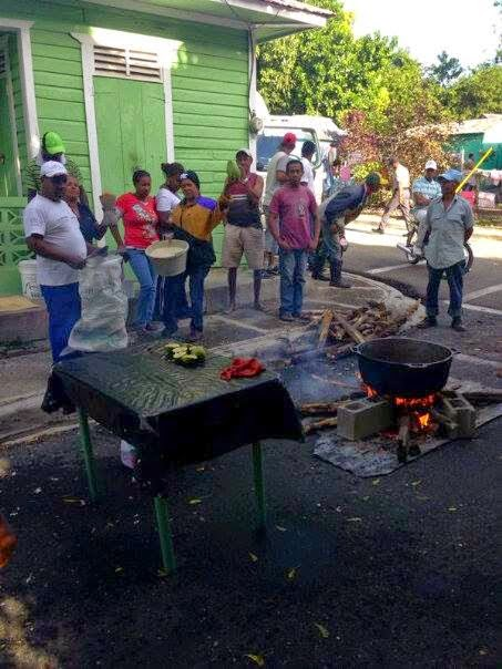 Por apagones hacen piquete pero cocinando frente oficina EDESUR en Bohechío