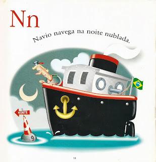 Navio navega na noite nublada